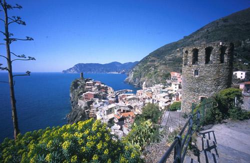 Incontro con i signori partecipanti presso i punti convenuti e partenza del viaggio in autobus, in direzione La Spezia.